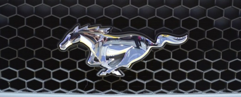2015-Ford-Mustang-GT-at-2014-NAIAS-logo-2