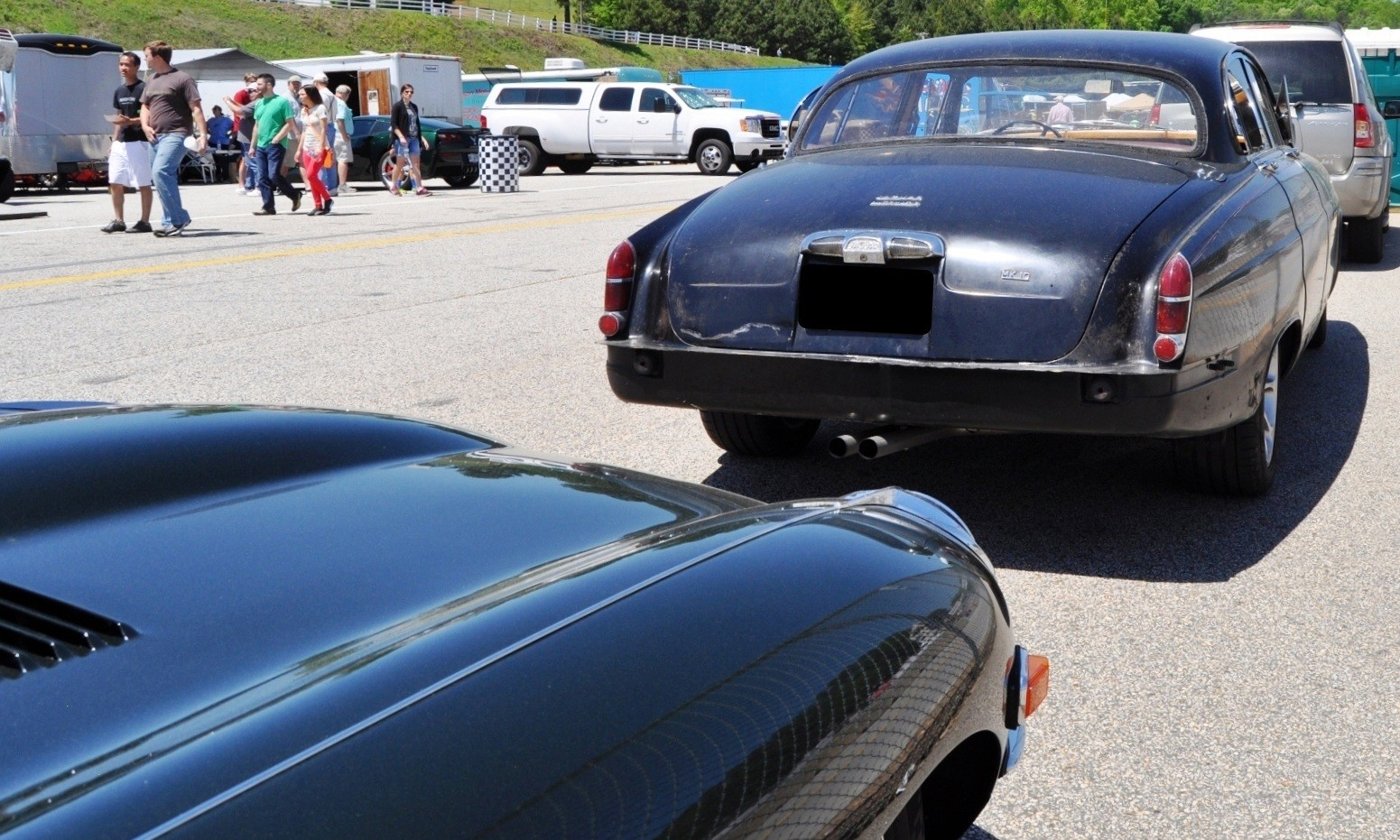 Road-Atlanta---Mitty-2014-Pit-Lane---~1965-JAGUAR-Mark-10-and-E-Type-Coupe-Side-by-Side-10