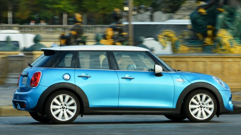 2015 MINI Cooper 5-Door in Postcard-Worthy Trip Around The City of Light 24