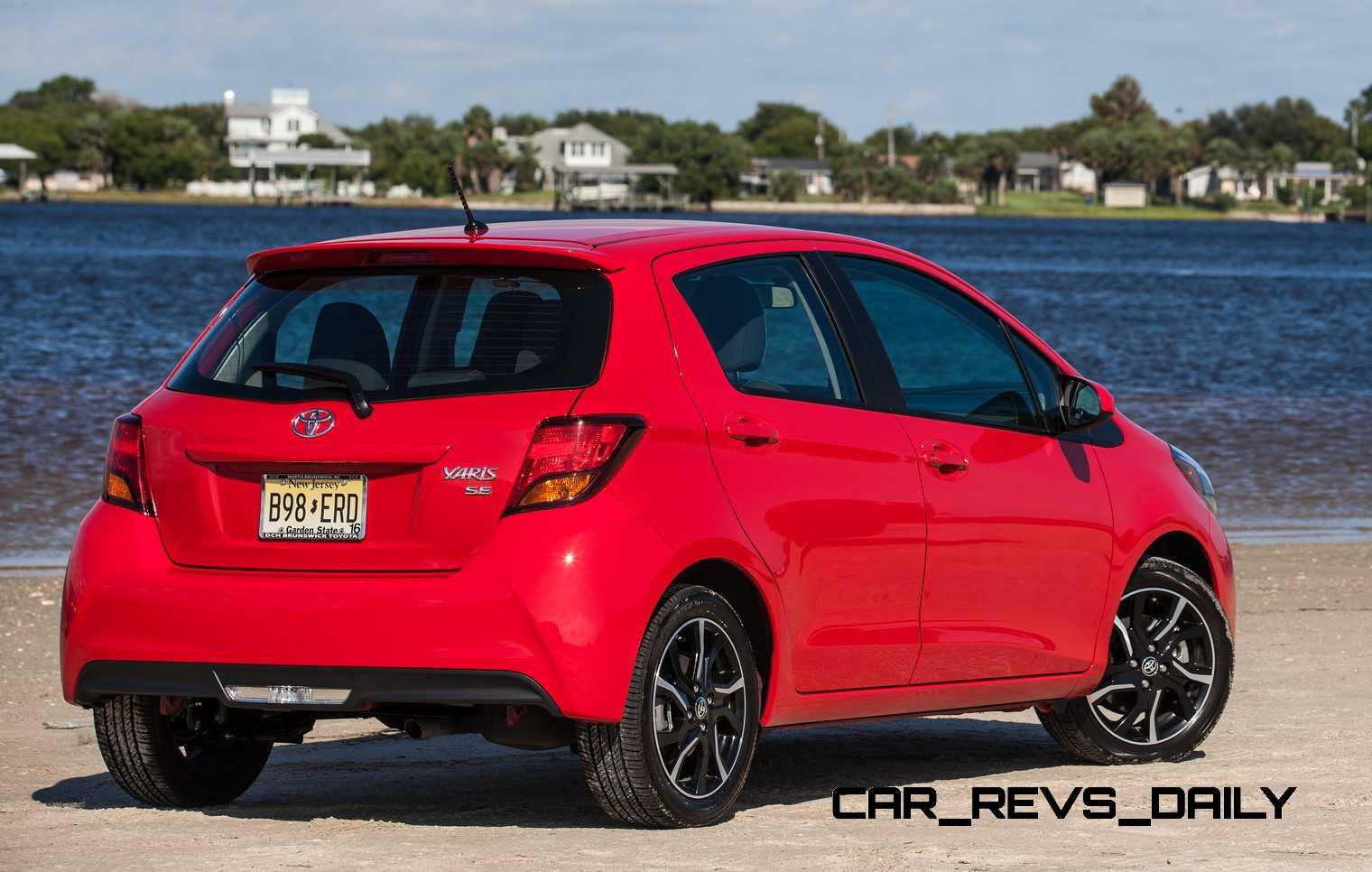 road test review 2015 toyota yaris se 5 door is a hipsters delight. Black Bedroom Furniture Sets. Home Design Ideas