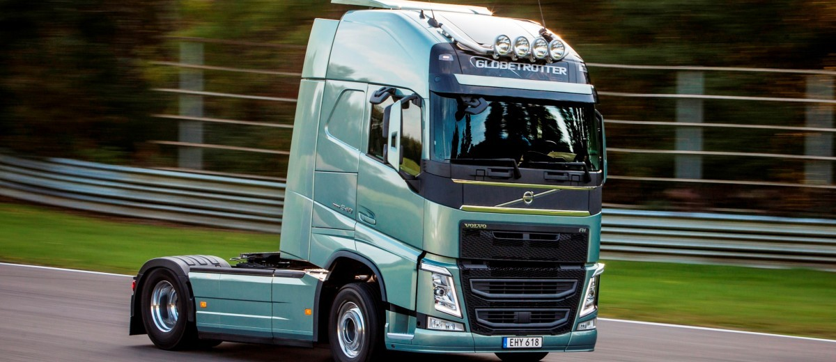 Fifth Gear's Tiff Needell Presents - Volvo FH Truck vs Koenigsegg One1 12