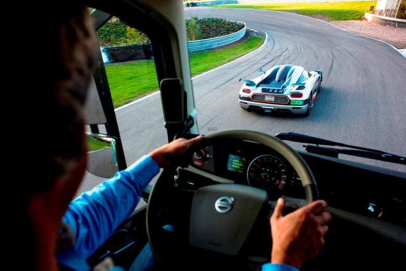 Fifth Gear's Tiff Needell Presents - Volvo FH Truck vs Koenigsegg One1 15