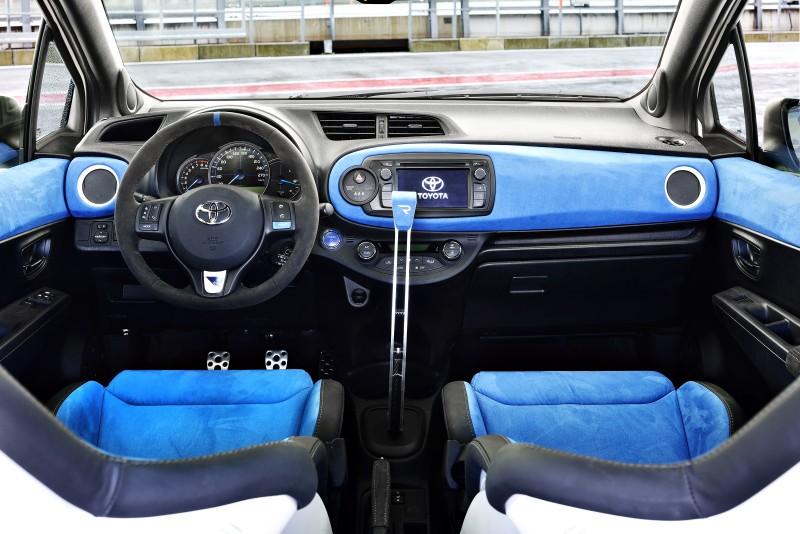 2013 Toyota Yaris Hybrid R 1