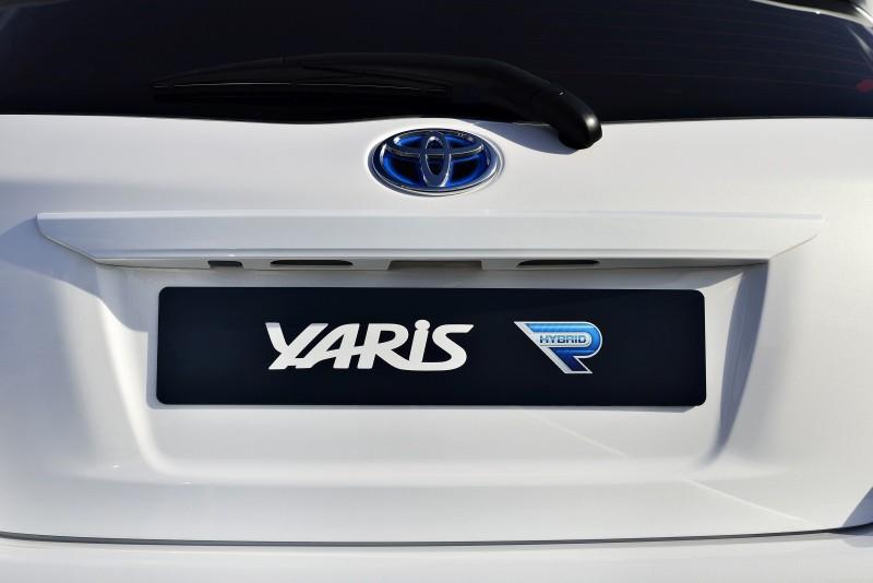 2013 Toyota Yaris Hybrid R 13