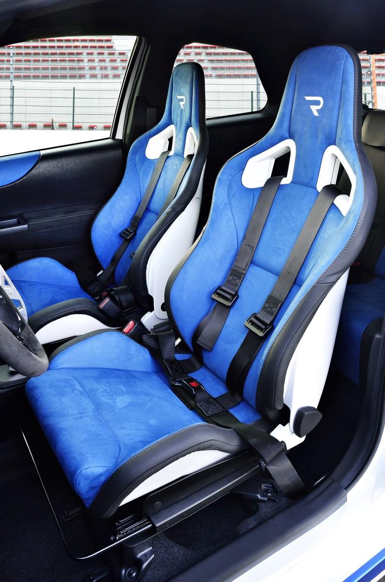 2013 Toyota Yaris Hybrid R 2