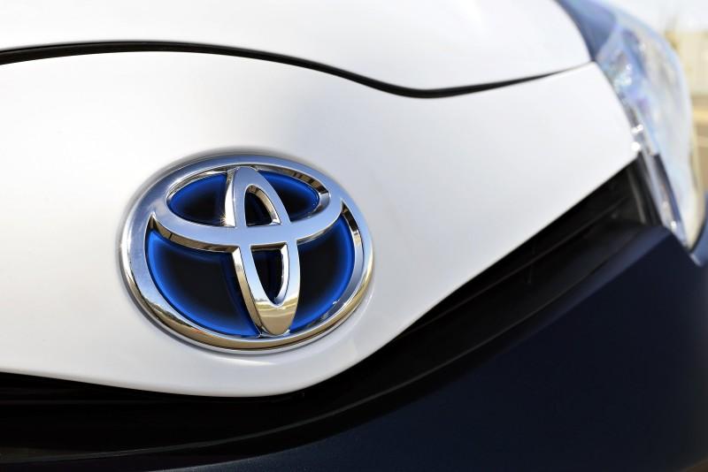 2013 Toyota Yaris Hybrid R 6