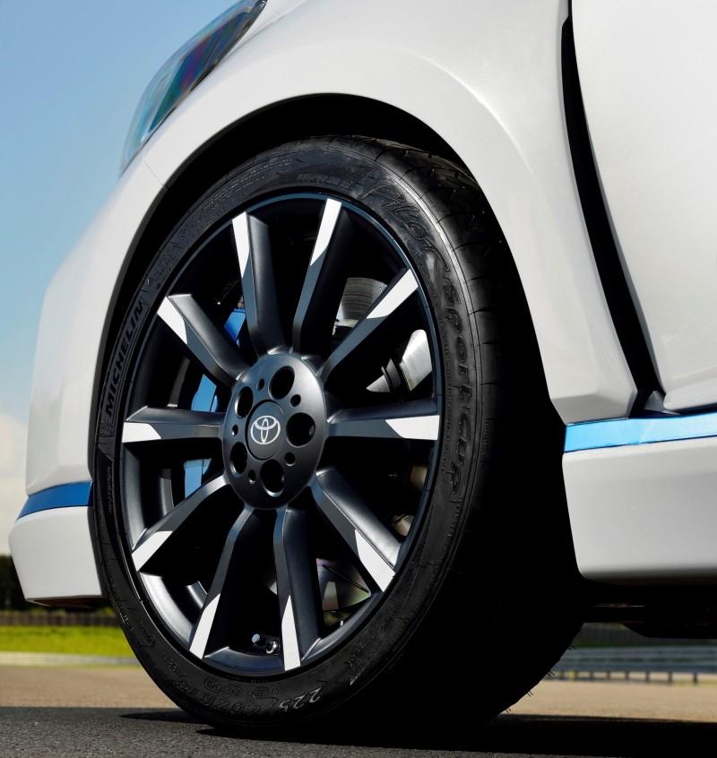 2013 Toyota Yaris Hybrid R 8
