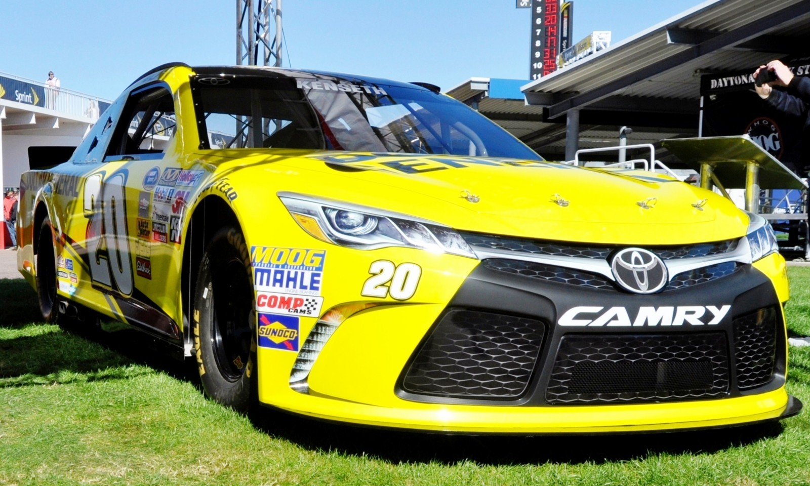 2015 Toyota Camry NASCAR Dollar General 18