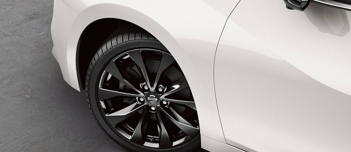 2016-nissan-maxima-19-inch-alloy-wheels-zoom-hd copy