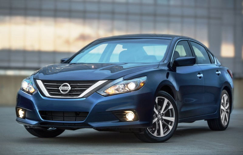2016_Nissan_Altima_02