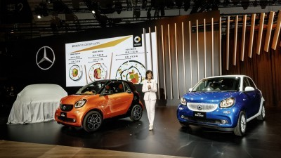 World premiere for the Mercedes-Benz Vision Tokyo – Japanese premieres for the GLE and smart: Dr. Annette Winkler, Head of smart is presenting the new smart fortwo and forfour.