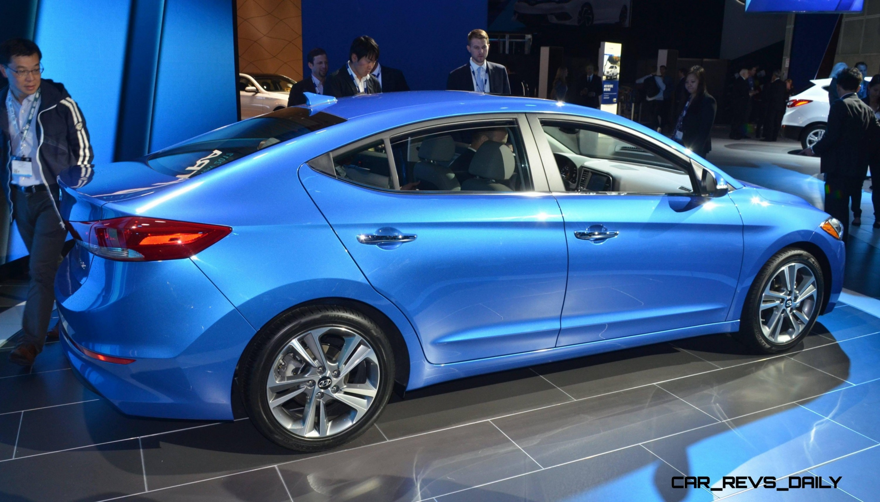 2017 hyundai elantra sedan debuts impressive redesign giant cabin and fresh tech. Black Bedroom Furniture Sets. Home Design Ideas