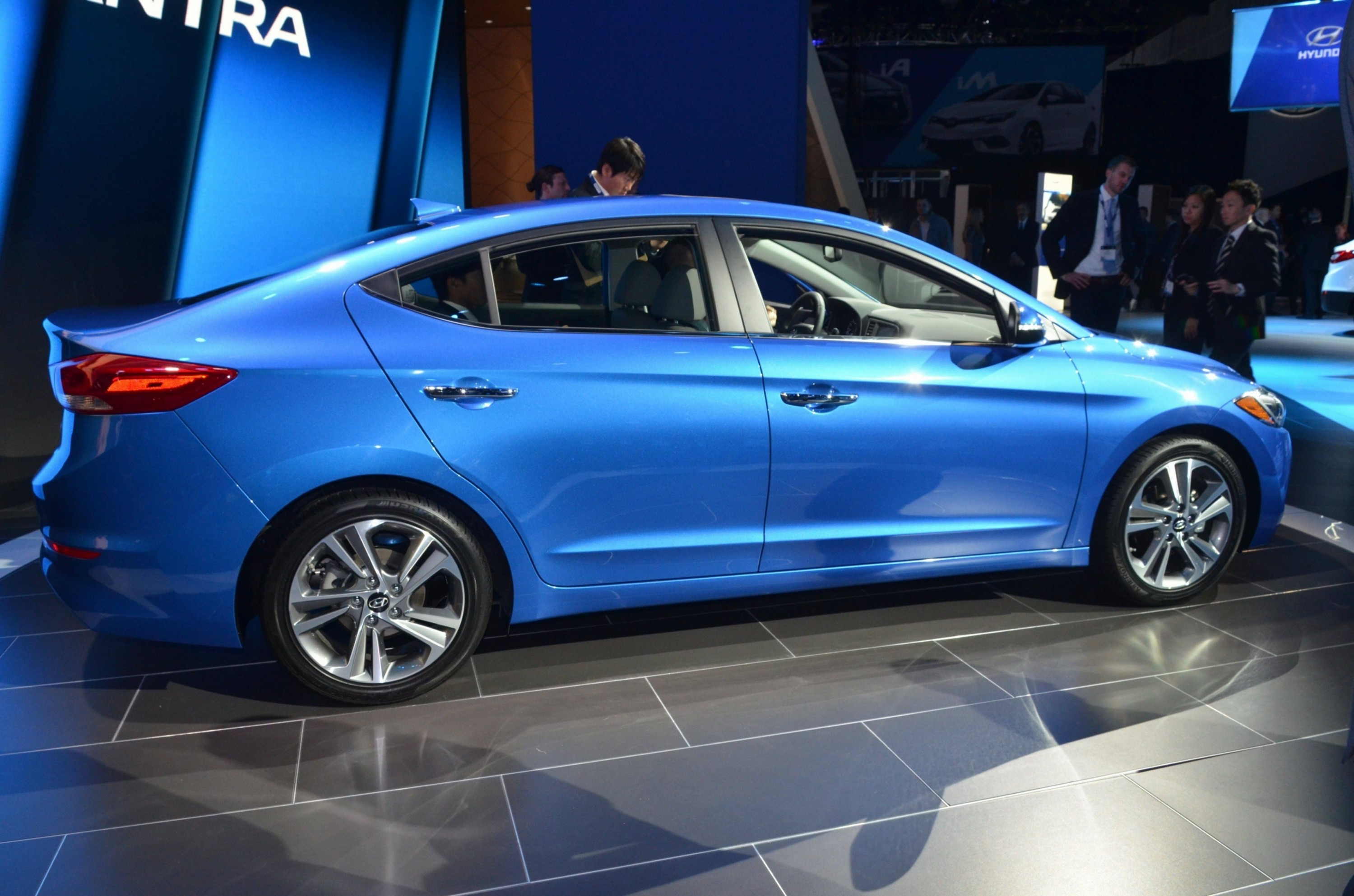 2017 hyundai elantra sedan debuts impressive redesign giant cabin and fresh tech car revs. Black Bedroom Furniture Sets. Home Design Ideas