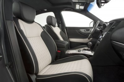2017_Infiniti_QX70_Limited_interior_01
