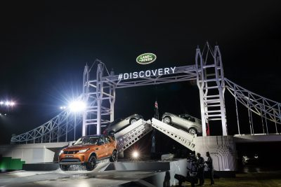 ben-ainslie-land-rover-bar-team-principal-drives-the-new-land-rover-discovery-under-the-record-breaking-tower-bridge-at-packington-hall-solihull-uk