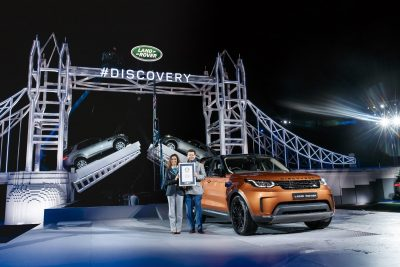 lucia-sinigagliesi-from-guinness-world-records-with-land-rover-design-director-gerry-mcgovern-at-the-global-reveal-of-the-land-rover-discovery
