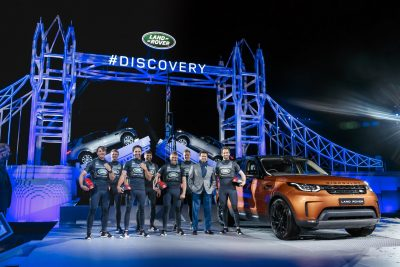 sailors-from-the-land-rover-bar-team-and-land-rover-design-director-gerry-mcgovern