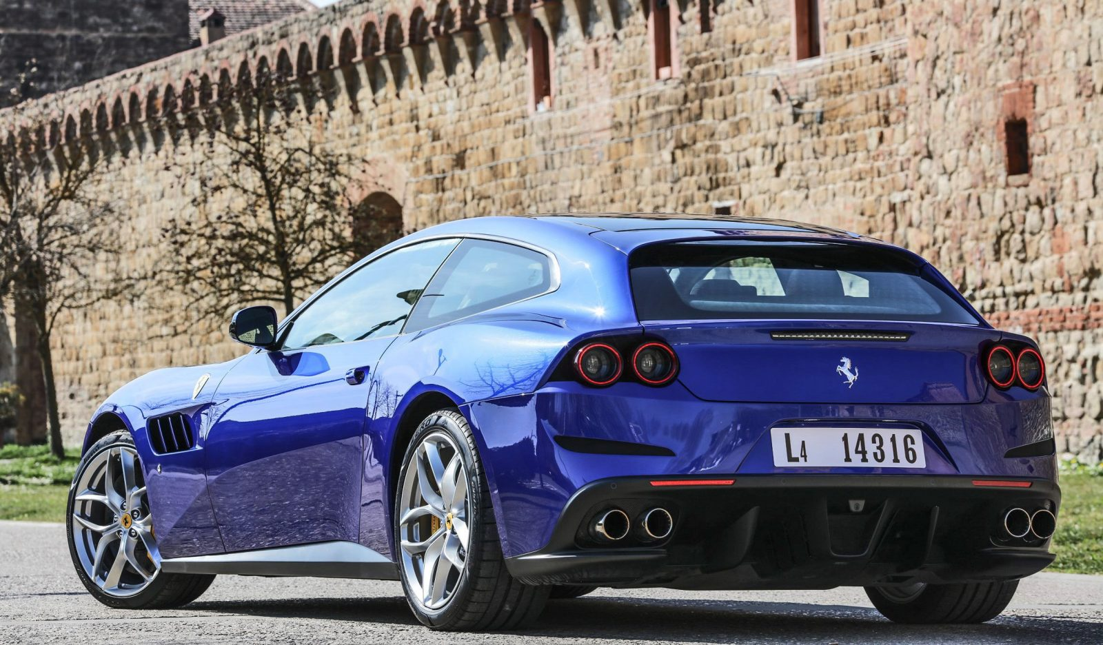 gallery 2017 ferrari gtc4 lusso t in 33 gorgeous photos car shopping. Black Bedroom Furniture Sets. Home Design Ideas