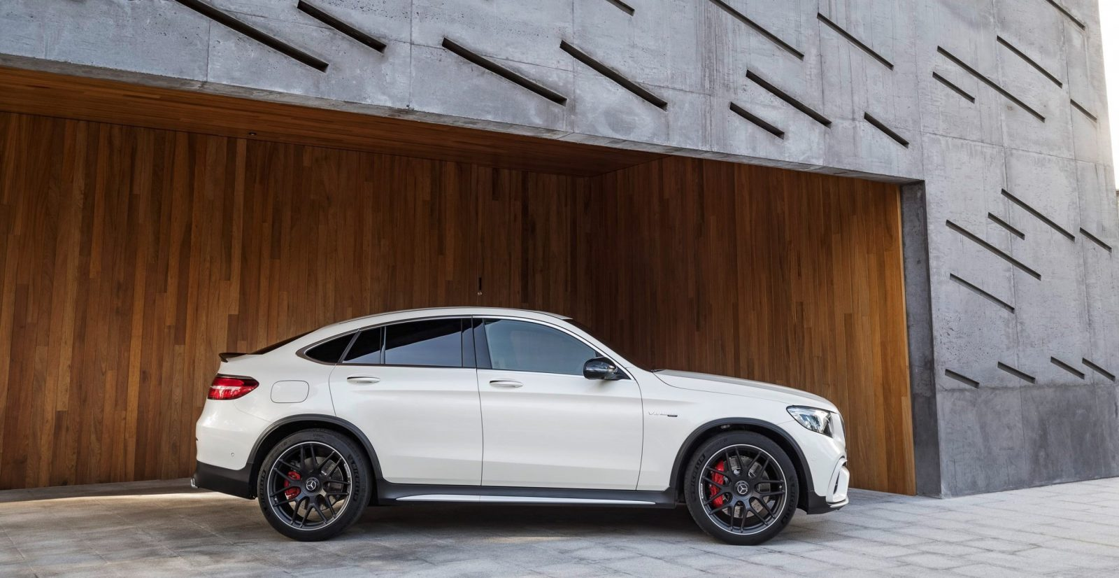 2018 mercedes amg glc63 s ready to stomp macan. Black Bedroom Furniture Sets. Home Design Ideas