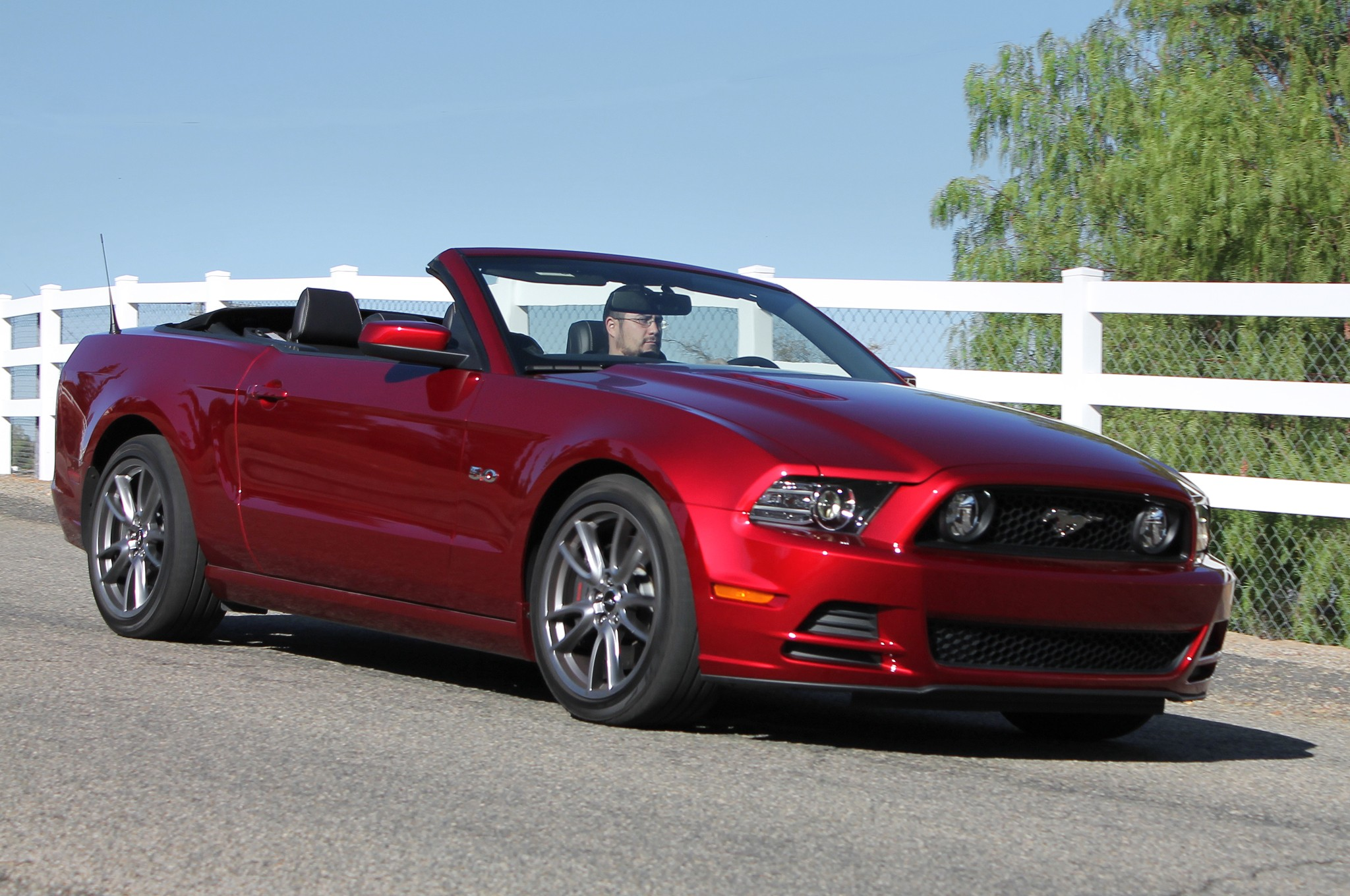 2014 ford mustang v8 convertible front view in motion. Black Bedroom Furniture Sets. Home Design Ideas