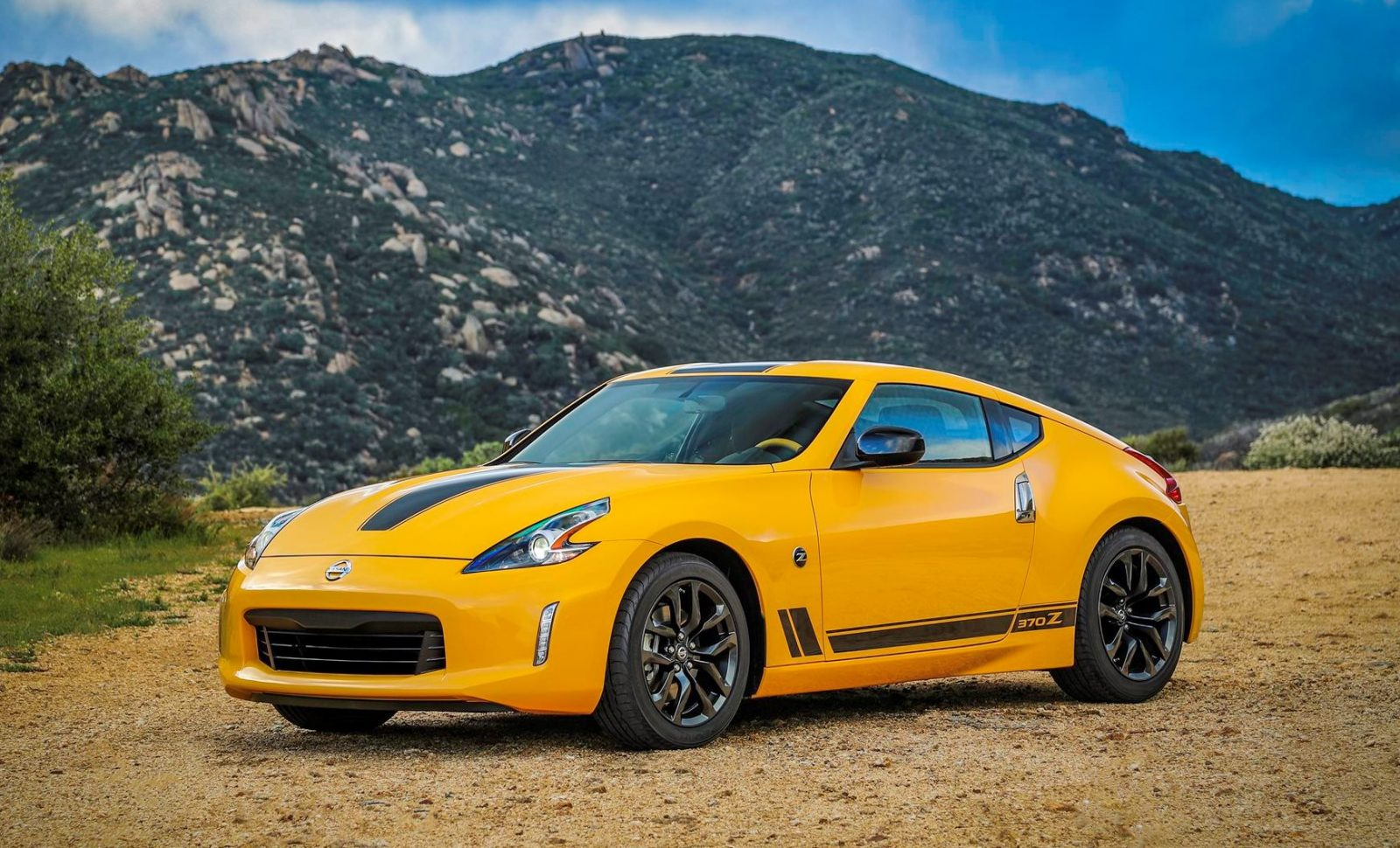 2018_Nissan_370Z_Heritage_Edition_photo_3