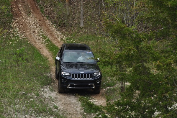 2014 jeep grand cherokee shows its trail rated skills off road 34 car revs. Black Bedroom Furniture Sets. Home Design Ideas