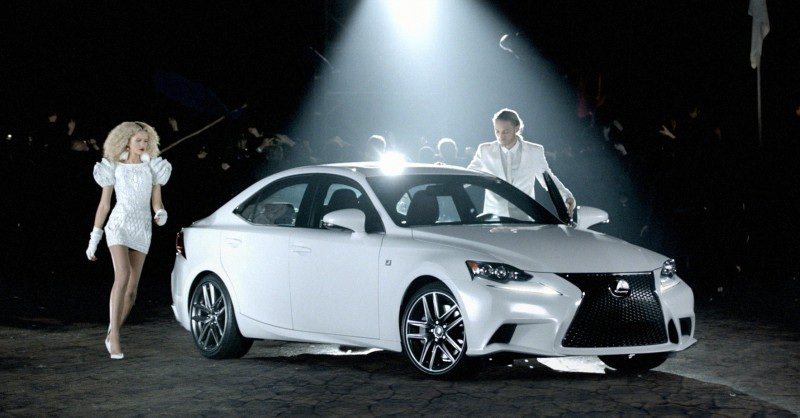 2014_Lexus_IS_Crowd_002