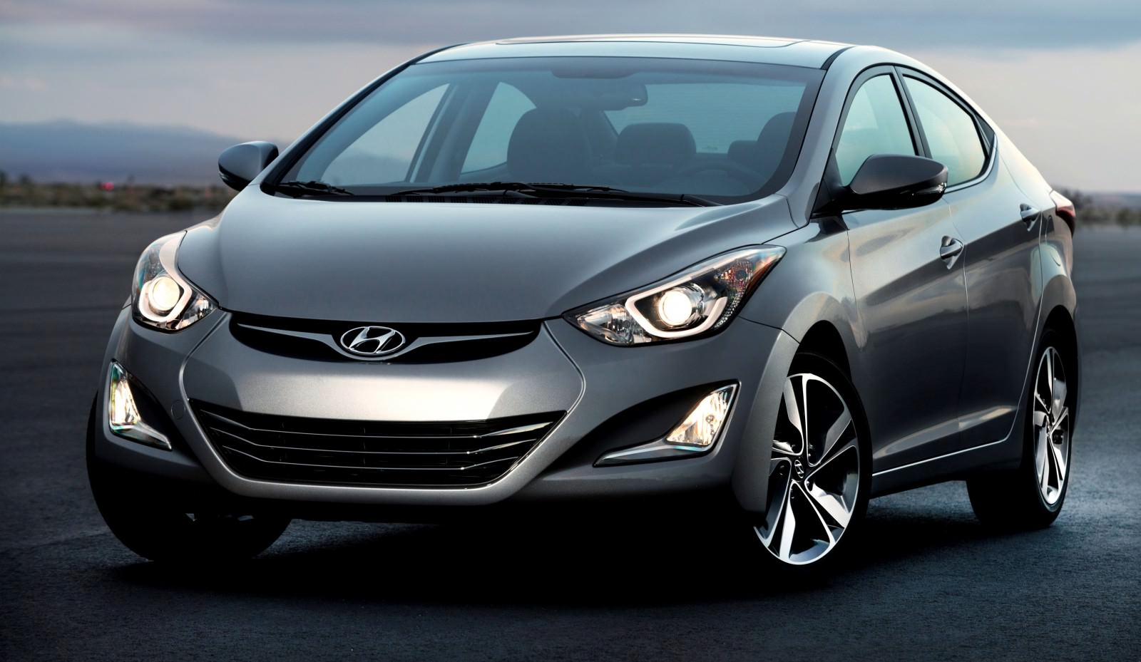 2015 Hyundai Elantra Sedan Brings Classy LED and Tech Updates  2