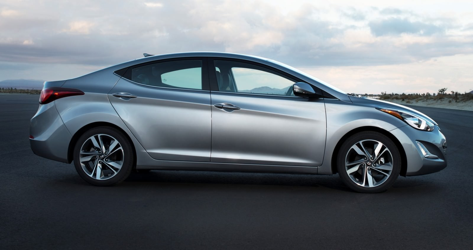 2015 Hyundai Elantra Sedan Brings Classy LED and Tech Updates  23