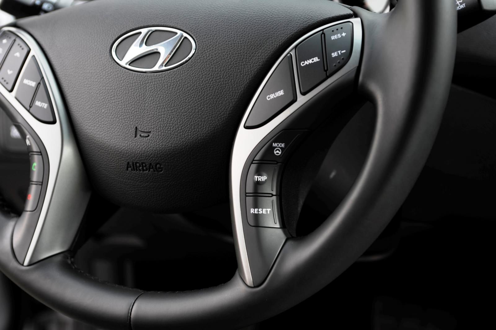 2015 Hyundai Elantra Sedan Brings Classy LED and Tech Updates  25