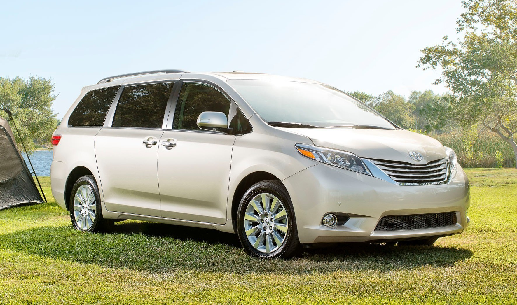 2015 toyota sienna brings refreshed touchscreens dark new nose with led low beams and led drls. Black Bedroom Furniture Sets. Home Design Ideas