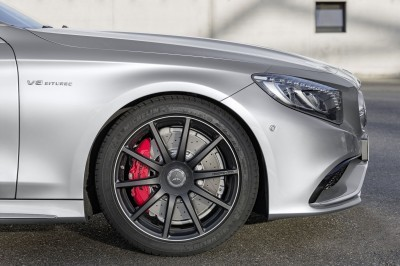 """Mercedes-AMG S 63 4MATIC Cabriolet """"Edition 130"""" (Fuel consumption combined: 10.4 l /100 km; combined CO2 emissions: 244 g/km; Kraftstoffverbrauch kombiniert: 10,4 l/100 km; CO2-Emissionen kombiniert: 244 g/km) Exterieur: AMG Alubeam silber exterior: AMG alubeam silver Stoffverdeck Rot / fabric soft top red"""