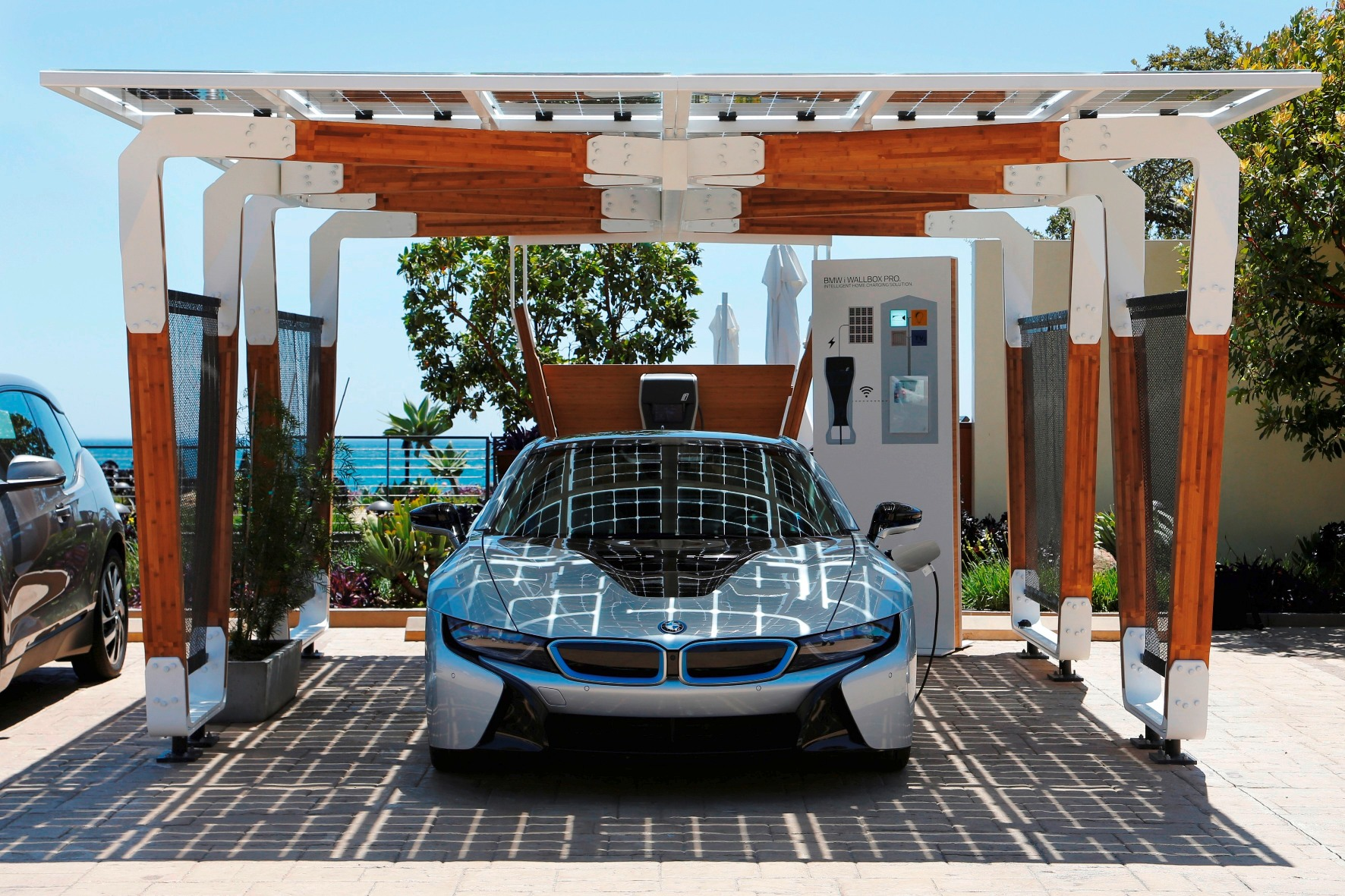 Fabuleux BMW Debuts Solar Carport and Triples Carbon-Fiber Output at Hydro  HO42