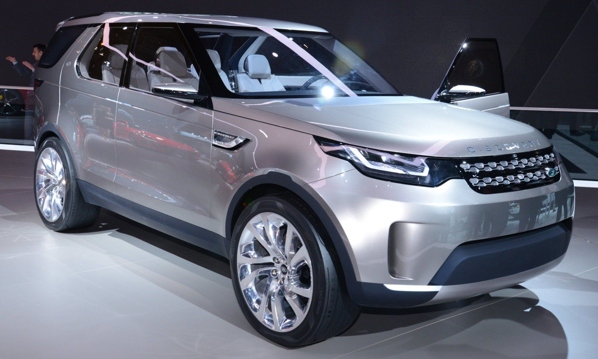 Discovery Concept Previews 2016 LR4 Discovery and 2015 LR2 Disco Sport